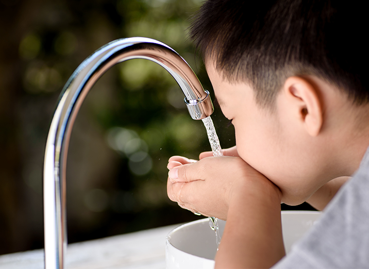Kid drinking tap water